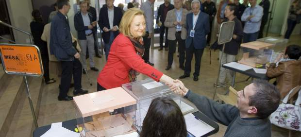Luisa Fernanda Rudi (PP) vota en las elecciones autonómicas 2015