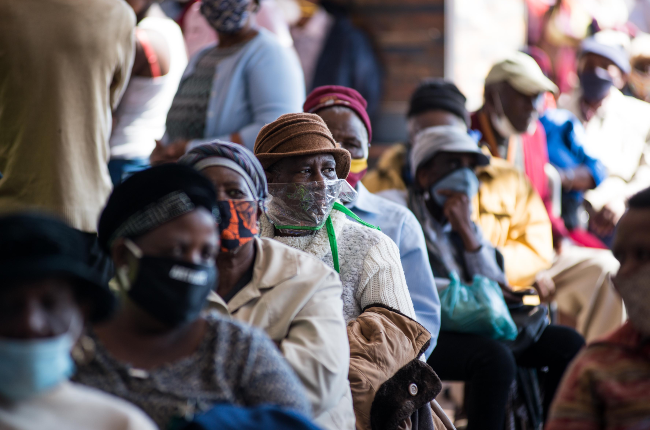 Citizens waiting for SASSA (PHOTO:GALLO IMAGES)