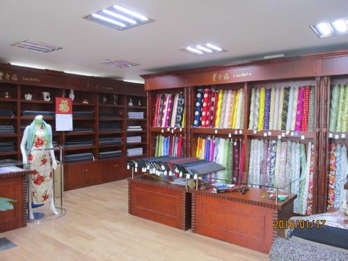 『老介福は老舗の洋服オーダー店で豊富な生地の在庫を持って ...