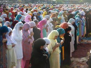インド最北の大都市であるスリナガル。ここは、ダル湖のハウスボートという見所に加え、「インドの中のイスラム社会」という興味深い場所でもあります。モスクやラマダンを通して、彼らの信仰を観察してみました。<br /><br /><br />**情報は2009年9月中盤のもの。1ルピー=1.9円で計算。<br /><br />==カシミール観光白書 シリーズ一覧==<br />① スリナガル ハウスボート大全<br />http://4travel.jp/travelogue/10438056<br />② モスリムという生き方 (モスク、ラマダン、イスラム) <==<br />http://4travel.jp/travelogue/10452111<br />③ スリナガル グリーン・グリーン (グルマルグ、カシミール鉄道)<br />http://4travel.jp/travelogue/10545380<br /><br />==インド・ラダック夢の跡 シリーズ一覧==<br />①真夏のダライラマ対策 (ティーチング)<br />http://4travel.jp/travelogue/10446819<br />②マルカ谷 D.I.Y.トレッキング (執筆予定)<br />③ラダック・フェスティバル 非公式ガイド (チャム・ダンス)<br />http://4travel.jp/travelogue/10437919<br />④その素晴らしき日々 (滞在情報、ティクセ・ゴンパ、バイクでゴンパ巡り)<br />http://4travel.jp/travelogue/10641487<br /><br /><br />変更:<br />2014/09/13 写真追加 + 拡大。