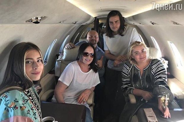 София Ротару с сыном Русланом и его женой Светланой, а также внуками Анатолием и Софией