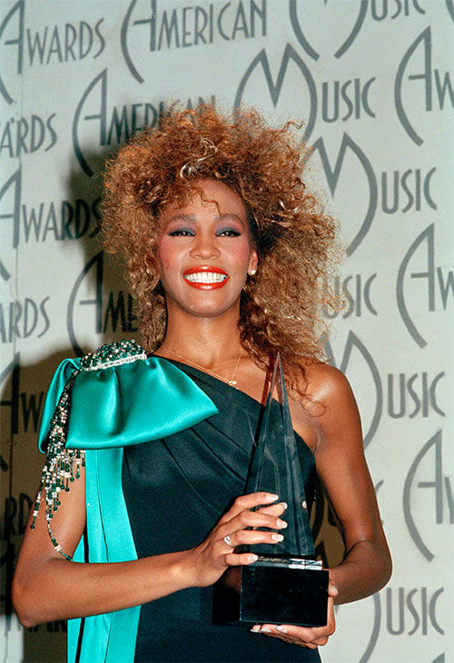 Jan. 1986: Houston shows her American Music Award, at the Shrine Auditorium in Los Angeles, Calif. <span class=meta>Photo/AP Photo</span>