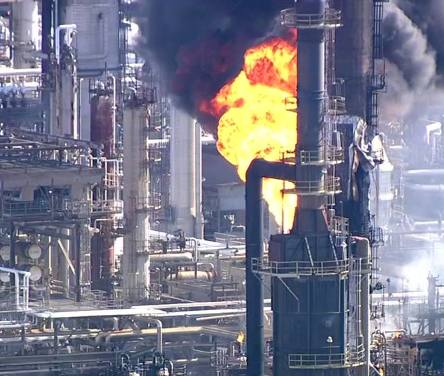 Report Texas Refinery Fire Released Air Contaminants