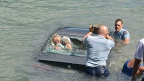 Dramatic Photos: Police officers smash windows to save woman from sinking  car - ABC7 Los Angeles