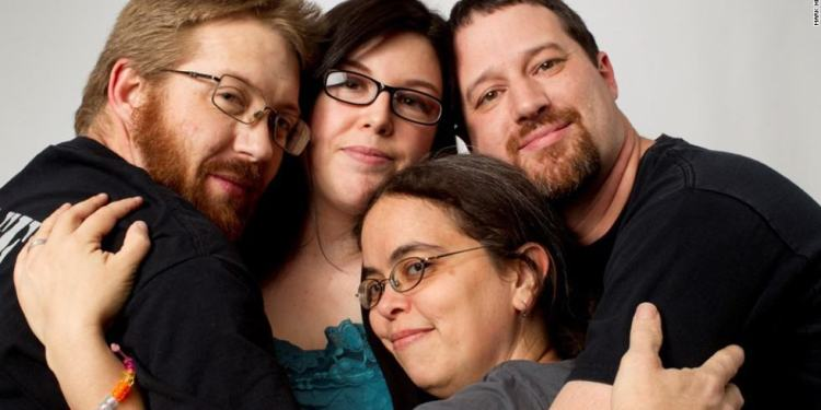 4 Signs a Man is Into Polyamory (and doesn't want to cheat on you)