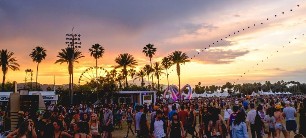 Sunset during Coachella 2014, with the balloon chain and Lightweaver art installation visible (Image Credits: Alan Paone / Sunset / Wikimedia Commons)
