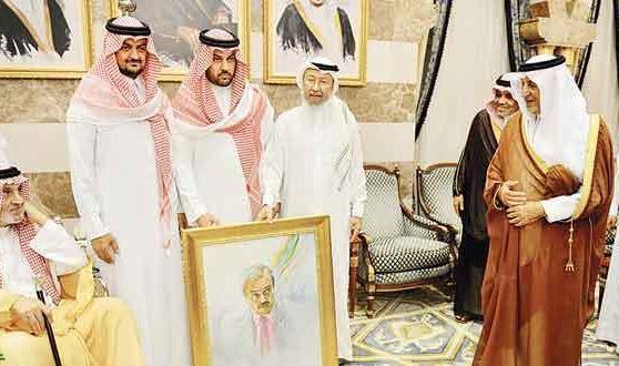 خالد الفيصل يهدي لوحة «سعود» لأبنائه