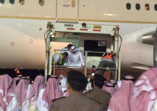 بالصور.. أهالي الحدود الشمالية يودعون جثمان أمير المنطقة في مطار عرعر