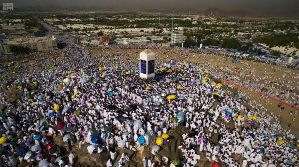 قوافل حجاج بيت الله يتوافدون إلى عرفات