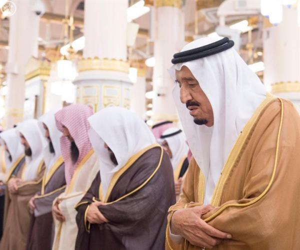 خادم الحرمين وولي العهد يصليان في الروضة الشريفة