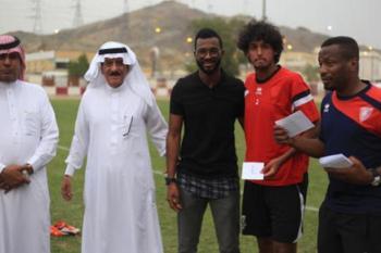 لاعبو الأهلي يدعمون الوحدة