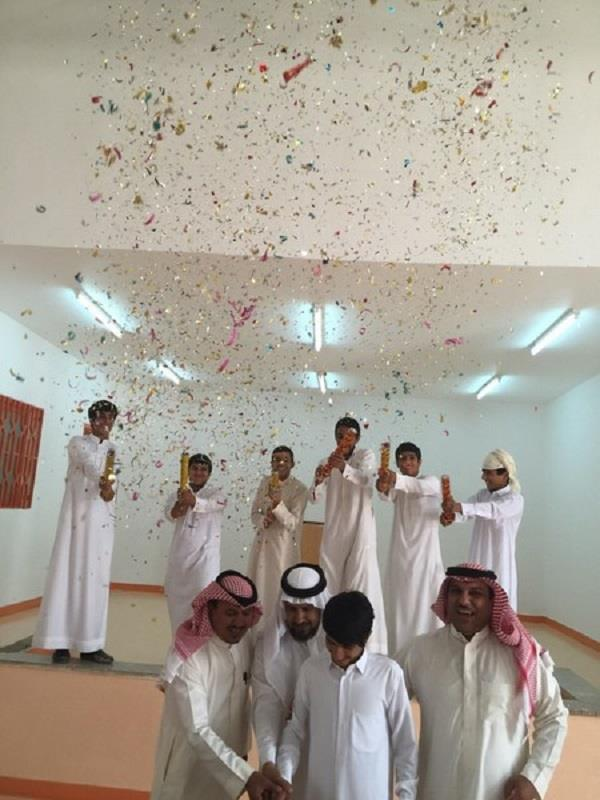 "بالصور.. ""متوسطة"" بعرعر تحتفل بزواج أحد طلابها"