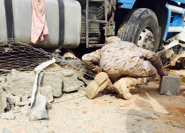 بالصور.. سائق يغفل عن شاحنته فتطيح بمصلى وتصيب 5 عسكريين بحفر الباطن
