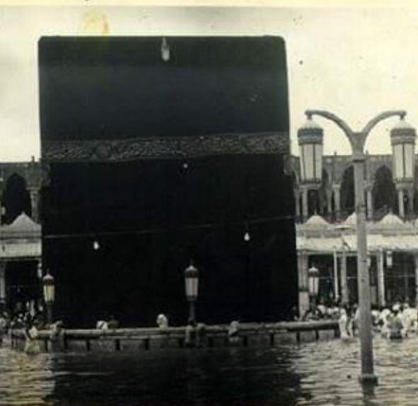 صورة نادرة للحرم المكي قبل 75 عاما ومياه السيول والأمطار تحيط به