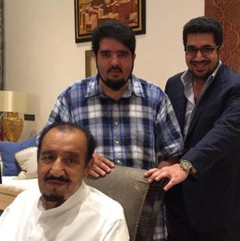 """صورة لخادم الحرمين من المغرب مع """"نواف بن فيصل"""" و""""عبدالعزيز بن فهد"""""""