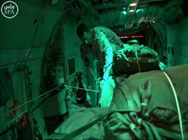 """""""التحالف"""" يكسر الحصار على تعز ويسقط 40 طنًا من المساعدات"""