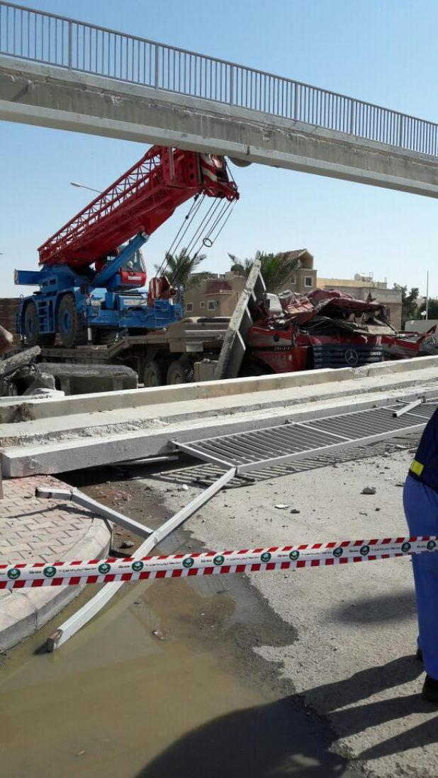 اصطدام معدة ثقيلة بجسر مشاة: