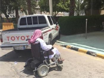 بالصور.. المرور يخالف ويسحب مركبة سدت مدخلًا للمعاقين في مستشفى حوطة بني تميم
