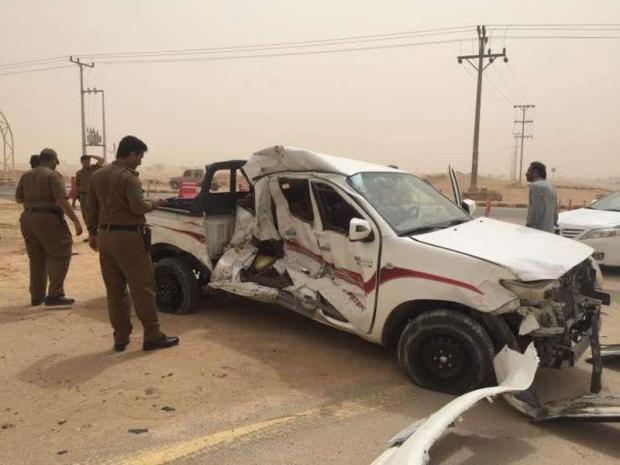 نوبة صرع تفقد مواطناً السيطرة على سيارته ليصدم سيارات متوقفة عند نقطة تفتيش (صور)