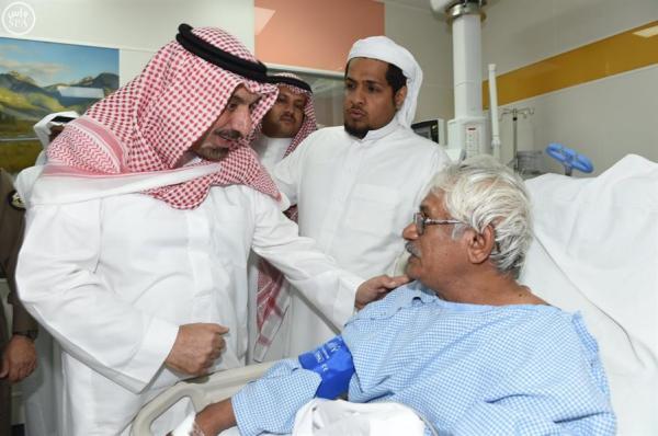 أمير نجران يتفقد مسجد المشهد ويزور المصابين بالمستشفى