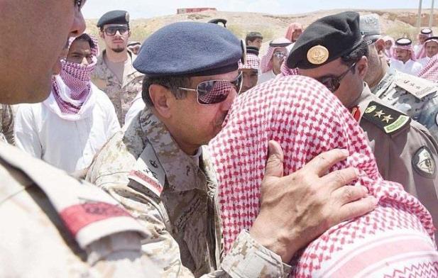 اللواء القرني يقبل رأس والد الشهيد خلال تقديمه العزاء