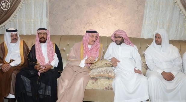 بالصور.. أمير جازان يعزي أسرتي الشهيدين الحكمي والطميحي