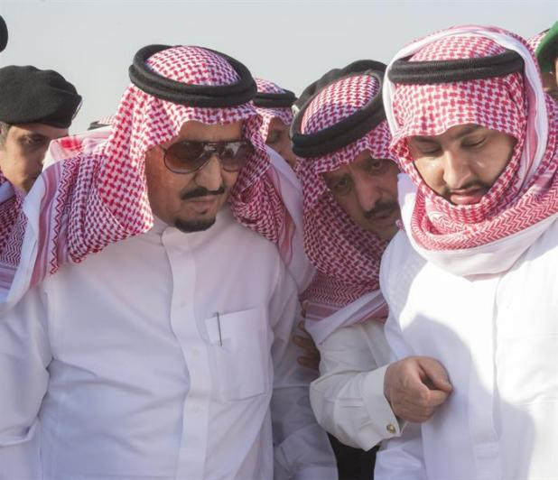 بالصور.. خادم الحرمين الشريفين يتقدم المصلين على الأمير تركي بن عبدالعزيز