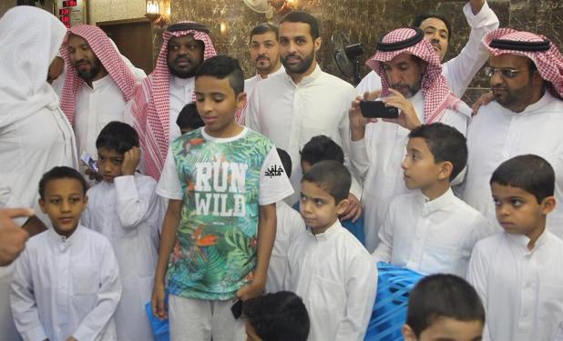ياسر القحطاني يتناول الإفطار مع الأيتام.. ويلتقط صوراً تذكارية معهم