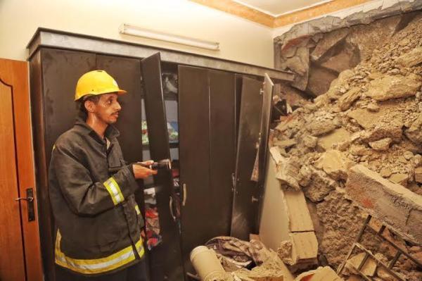 الدفاع المدني يباشر حادث تساقط صخور وانهيار جدار مبنى في مكة