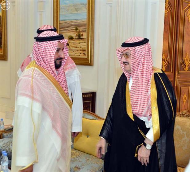 بالصور.. الأمير محمد بن نواف بن عبدالعزيز يستقبل المعزين في وفاة والده