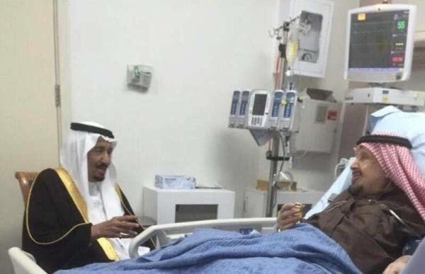 خادم الحرمين يزور شقيقه الأمير عبدالرحمن بمستشفى التخصصي بالرياض