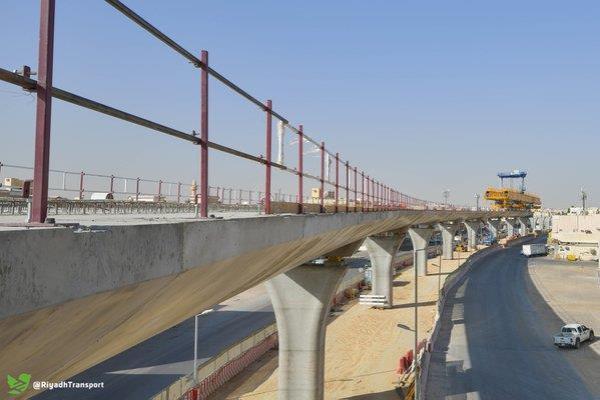 """بالصور.. بدء تركيب آلة جسور """"قطار الرياض"""" بالمسار الثالث على طريق المدينة المنورة"""