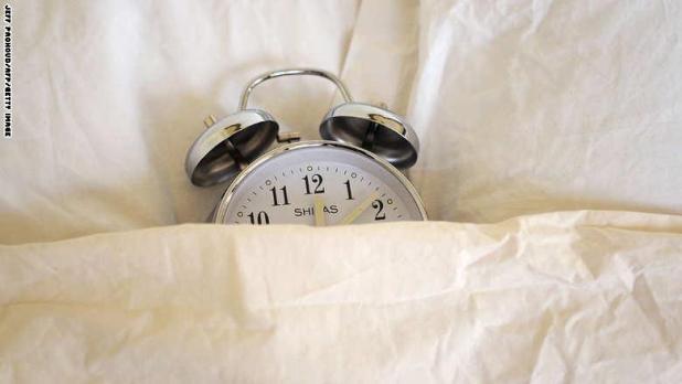 اضبط المنبه ضبط المنبه لا يساعدك على الاستيقاظ في الصباح فقط، ولكن ضبطه ليلاً سيساعدك على تذكر وقت نومك الصحي في المساء أيضاً.