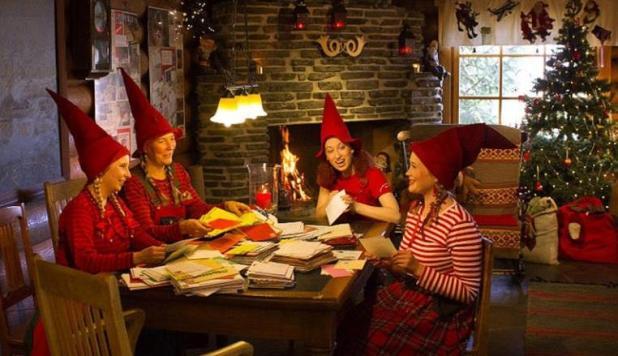 وتتضمن مهمات الأقزام بيع الطوابع والتذكارات المميزة، وارتداء ملابس الأقزام وقبعات عيد الميلاد