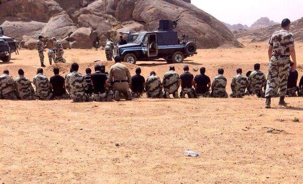 صورة لجنود وضباط الطوارئ يؤدون الصلاة بعد القضاء على قتلة الشهيد الرشيدي