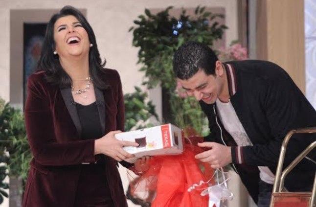 محمد أنور يهدي منى الشاذلي الهدية المثالية لعيد الأم في الفن