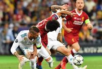تم إسعاف صلاح في البداية ليحاول استكمال المباراة لكن الإصابة كانت بالغة للغاية ليخرج بعدها من أرض الملعب