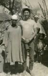 شيموياما مع القرويين في أفريقيا عندما عاش حوالي سنة واحدة هناك