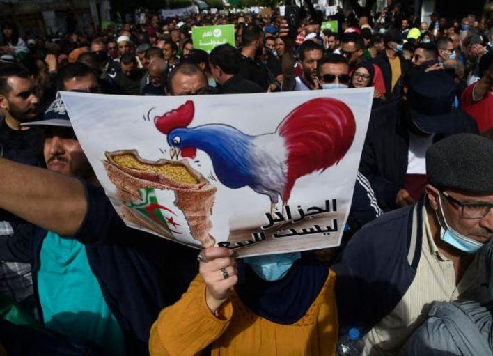 لافتات ضد النفوذ الفرنسي بمظاهرات الجزائر - أرشيفية