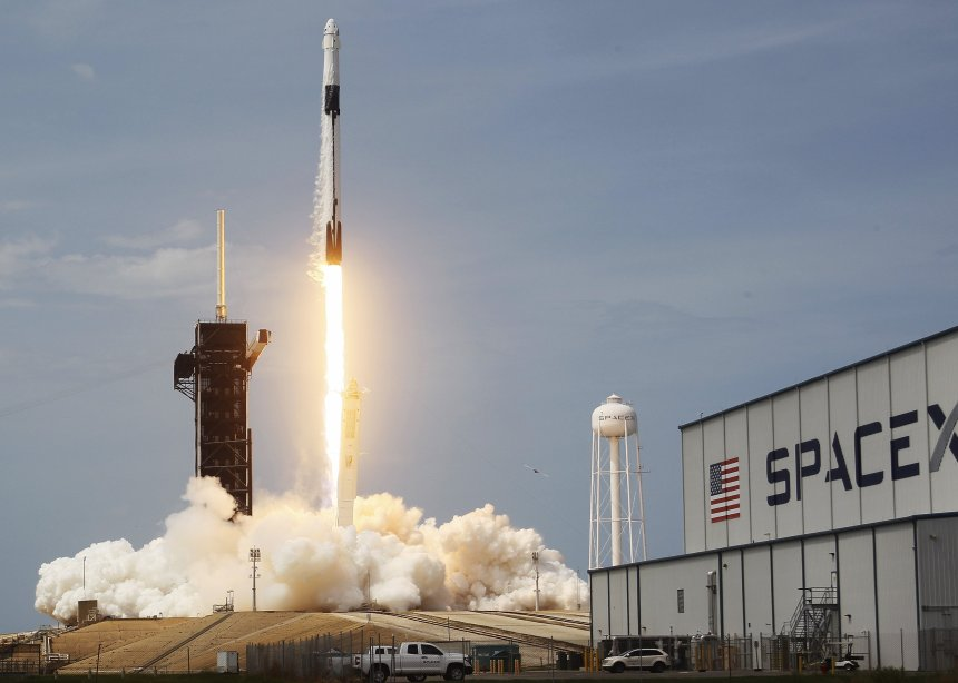 The SpaceX Falcon 9 rocket with the manned Crew Dragon spacecraft attached taking off at the Kennedy Space Center in Cape Canaveral, Florida | Photo: Getty Images