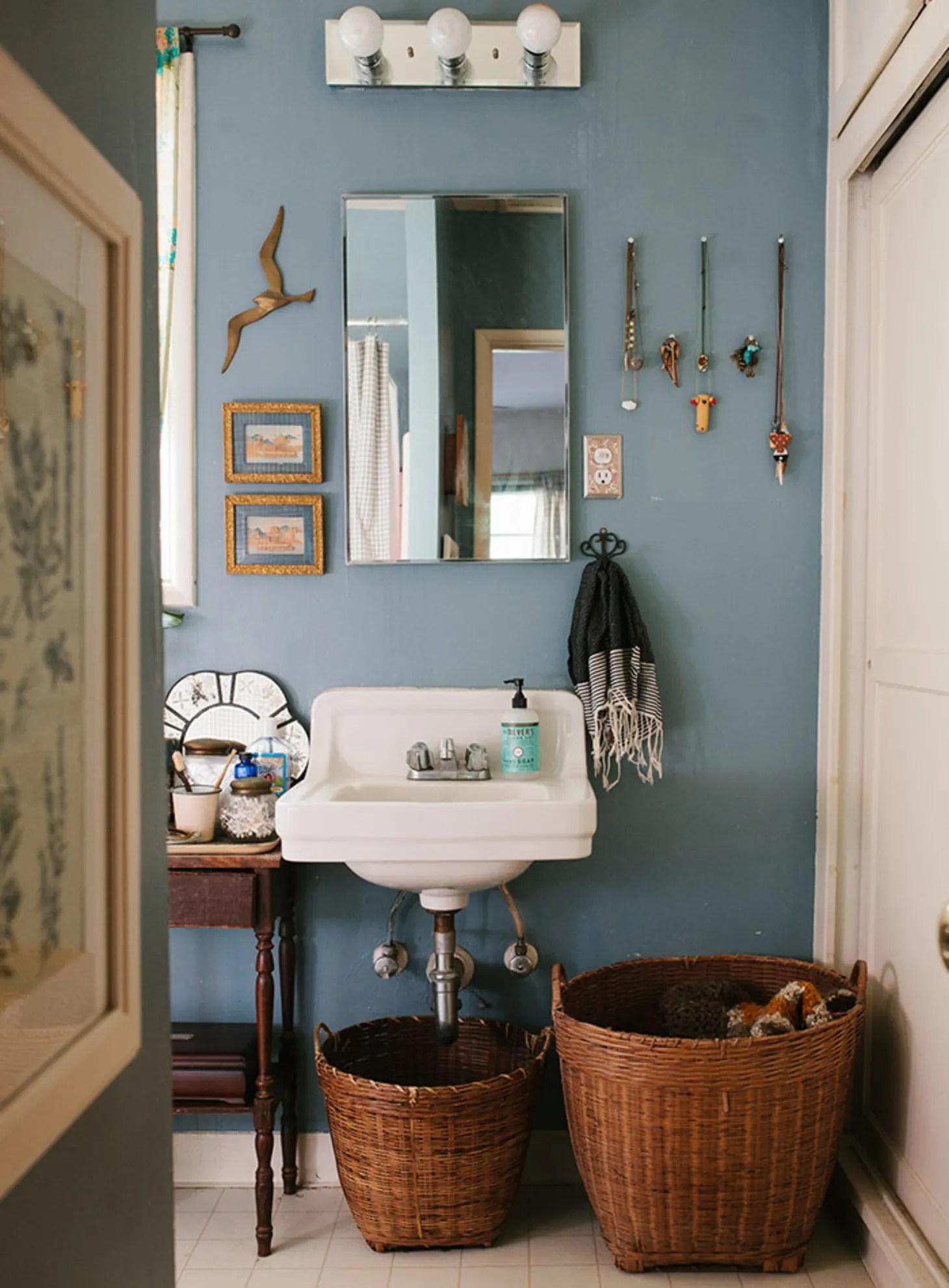 Easy Reversible Design Ideas for Rental Bathrooms ... on Apartment Bathroom Ideas  id=28193