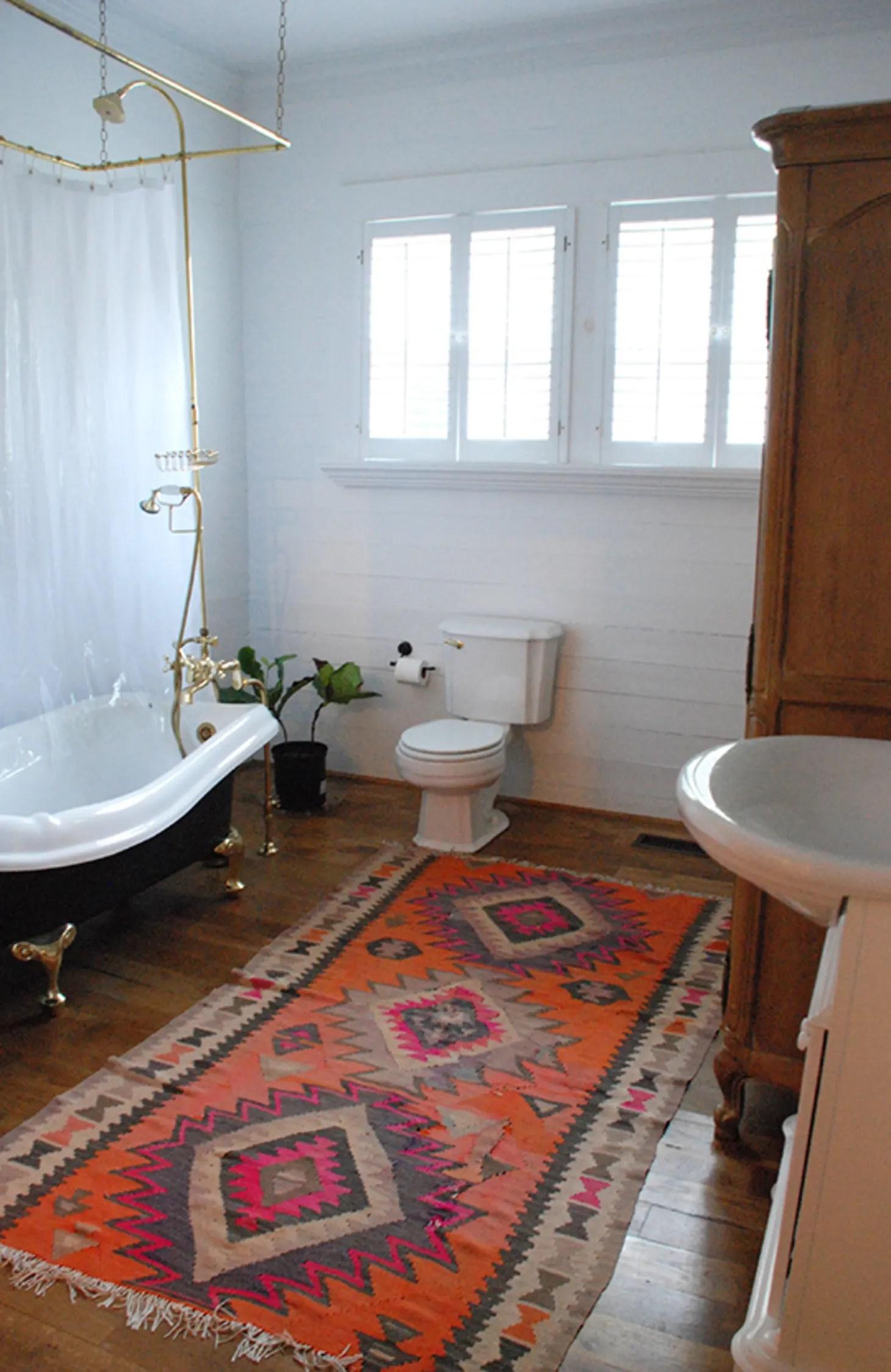 Easy Reversible Design Ideas for Rental Bathrooms ... on Apartment Bathroom Ideas  id=16181