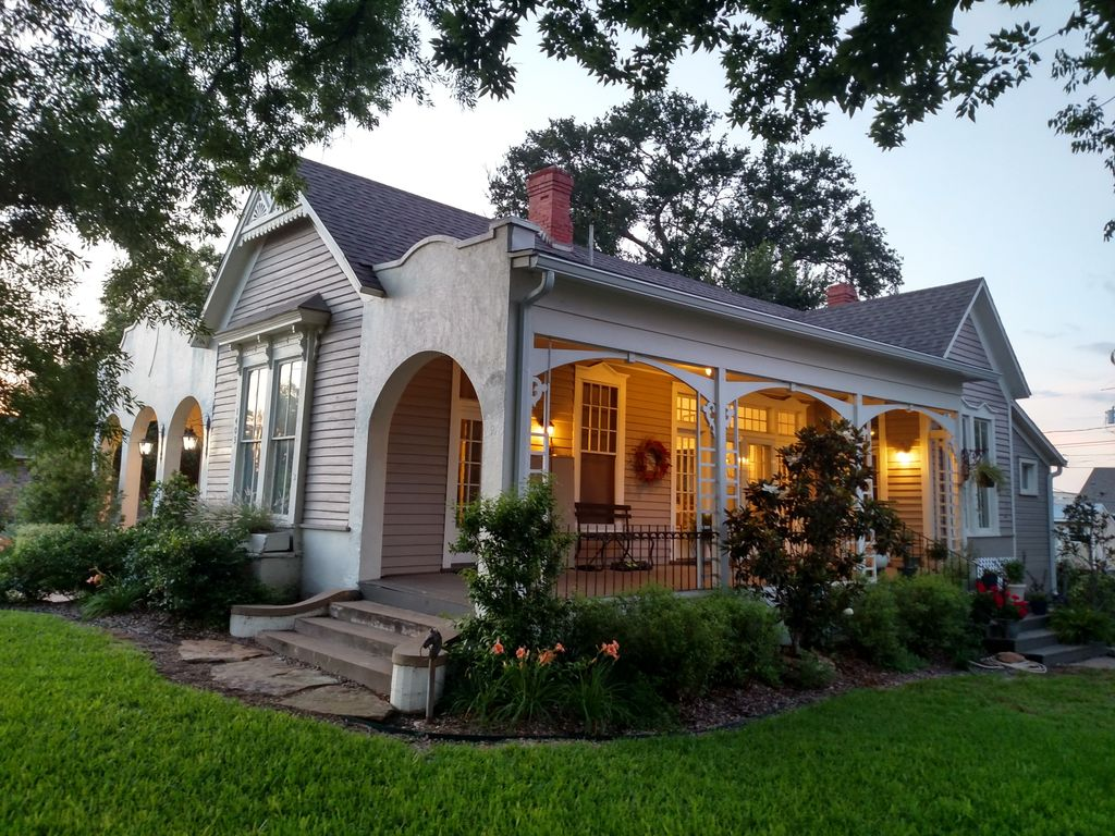 """You Can Rent These 9 Homes from """"Fixer Upper"""" to Get a Taste of Waco"""