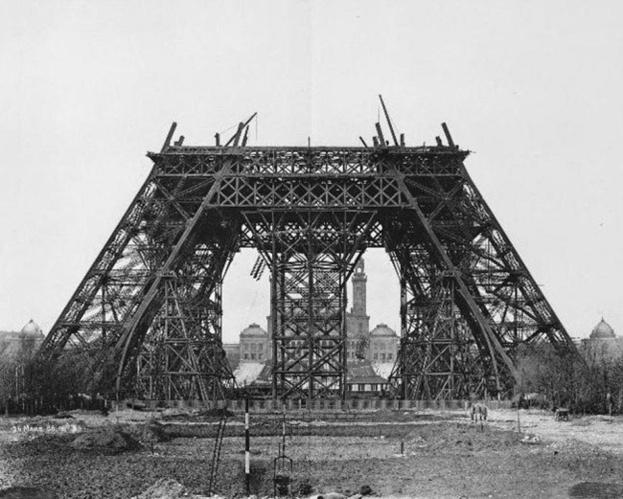 AD-Worlds-Most-Iconic-Landmarks-Before-They-Were-Finished-07-1