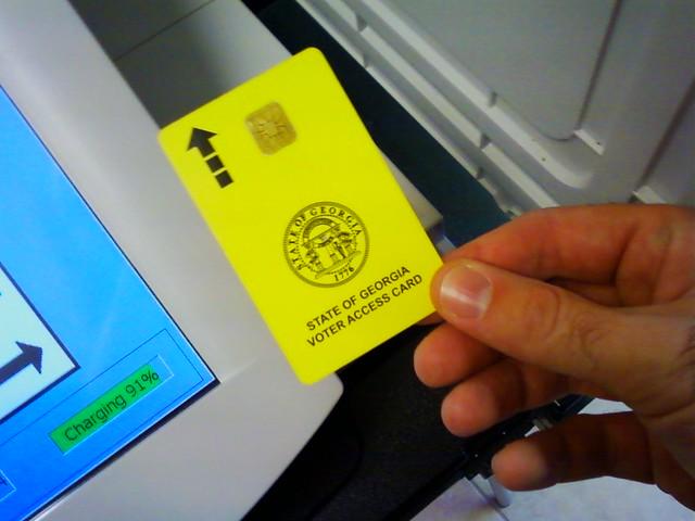 Fotografia do close up de um cartão de acesso ao eleitor de Geórgia.