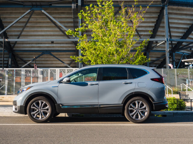 Both of these vehicles offer a comfortable ride, exceptional handling, and good fuel economy, which you've come to expe. The 2020 Honda Cr V Hybrid Gets Highly Disappointing Gas Mileage Ars Technica