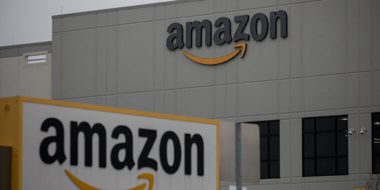"""Photo of """"Culture of workplace fear"""" leads to COVID-19 spread at Amazon, suit says"""