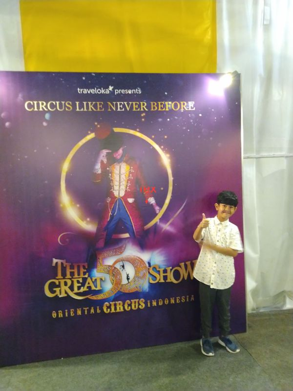 Menonton sirkus the great 50 show di Surabaya
