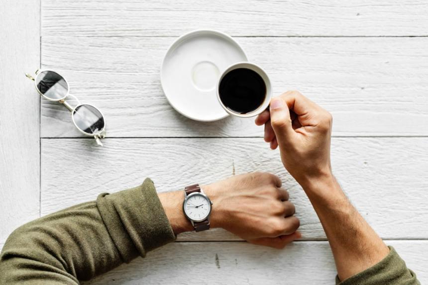 Un uomo beve caffè
