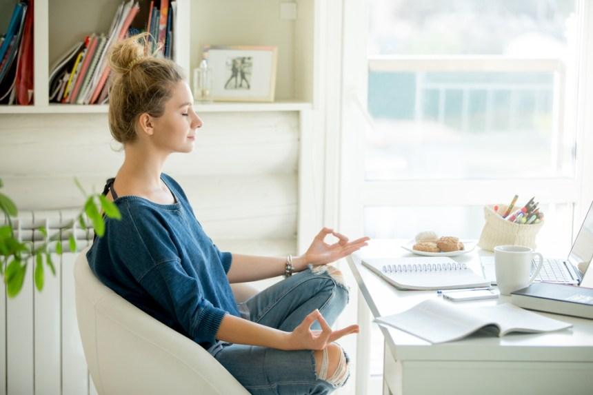 Una donna che medita alla sua scrivania